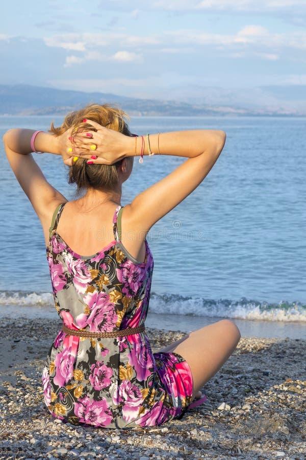 Fille détendant avec la vue à la mer images stock