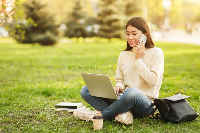Fille détendant dans le campus avec des instruments, l'espace de copie photographie stock libre de droits