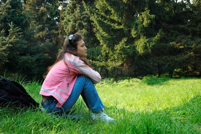 Fille détendant en nature d'été photographie stock