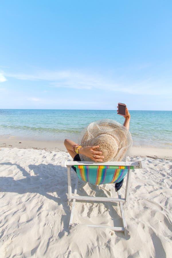 Fille détendant sur la chaise de plage image libre de droits