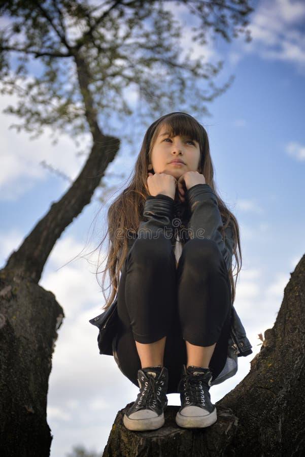 Fille détendant sur un arbre photos stock