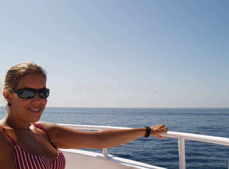 Fille détendant sur un bateau photo libre de droits