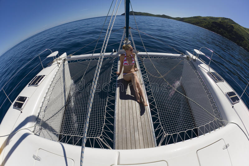 Fille détendant sur un catamaran - South Pacific image libre de droits