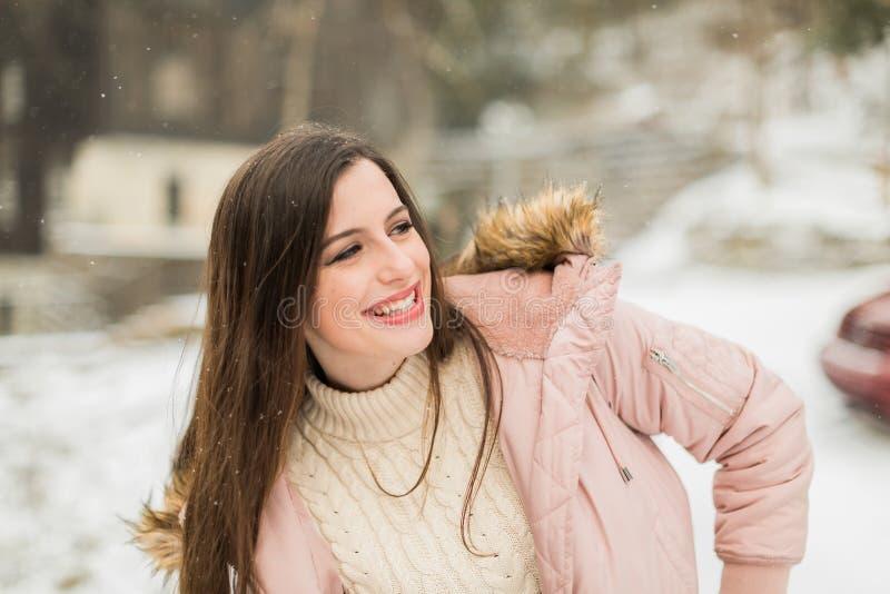 Fille d'élève de terminale en dehors de portrait d'hiver image stock
