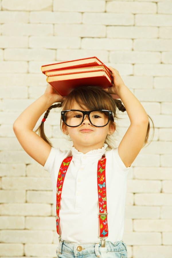 Fille d'élève du cours préparatoire avec des livres photo stock