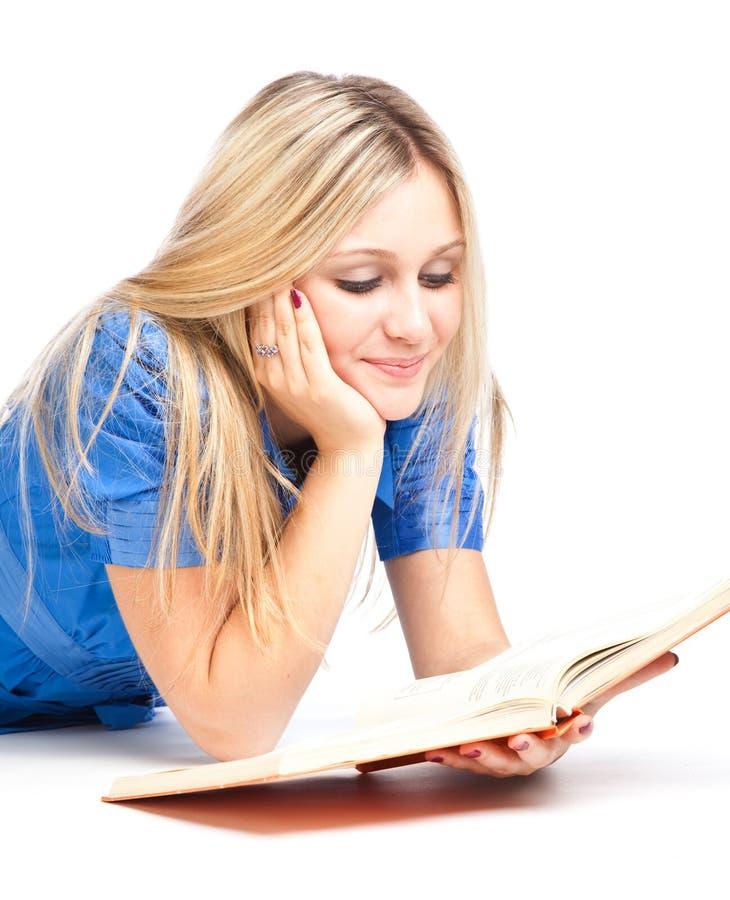 fille d'étage de livre étendant le relevé photo libre de droits