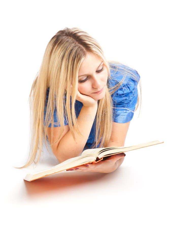 fille d'étage de livre étendant le relevé photographie stock libre de droits