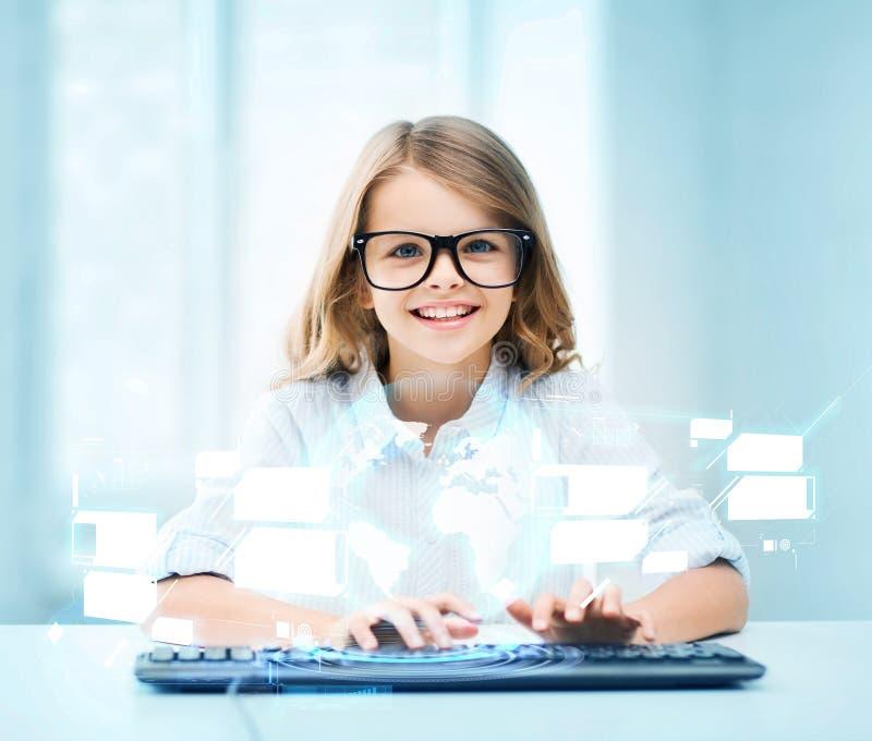 Fille d'étudiant avec le clavier et l'écran virtuel images libres de droits