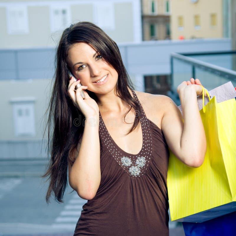 Fille d'achats avec le téléphone portable image stock