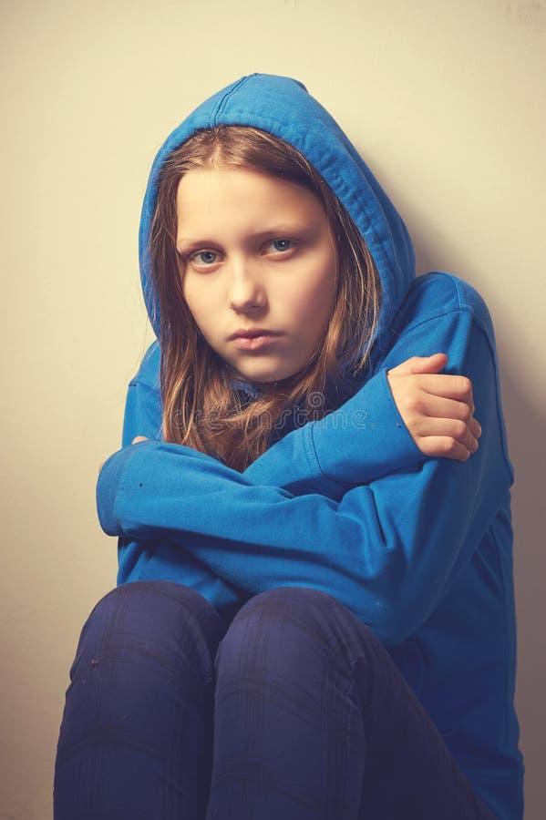 fille d 39 ado de mendiant photo stock image du tristesse 41656212. Black Bedroom Furniture Sets. Home Design Ideas