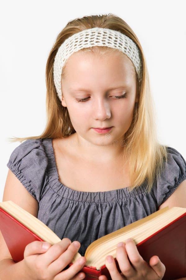Fille d'adolescent affichant un livre d'isolement sur le blanc images libres de droits