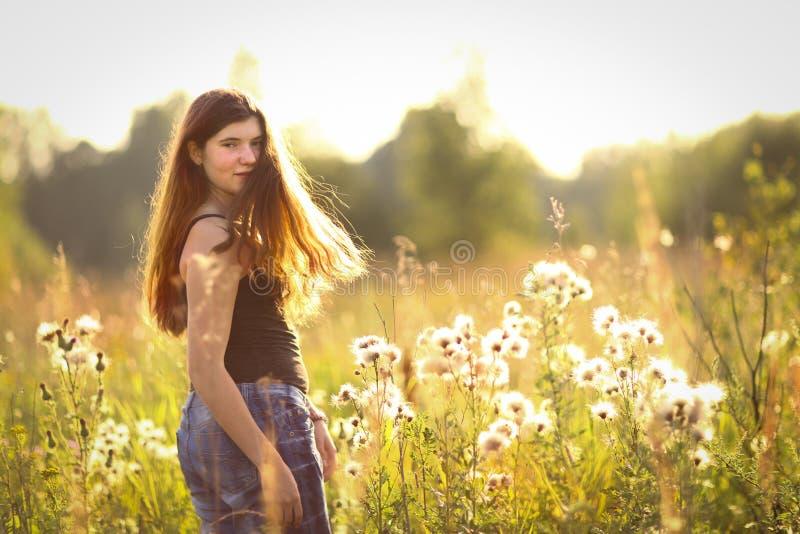 Fille d'adolescent avec de longs cheveux bruns dans la robe de point de polka image libre de droits