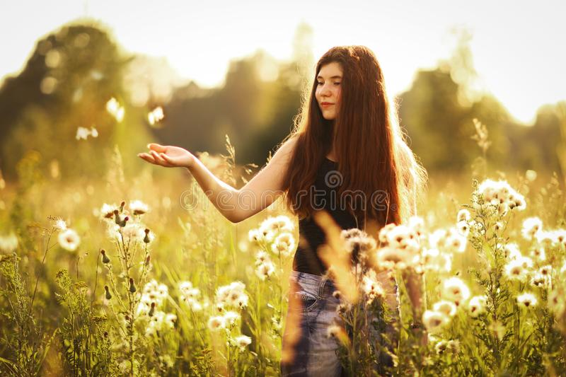 Fille d'adolescent avec de longs cheveux bruns dans la robe de point de polka photographie stock libre de droits