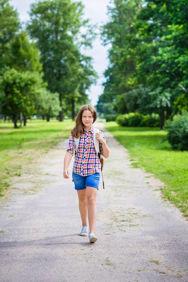 Fille d'adolescent avec le sac à dos allant à l'école photo stock