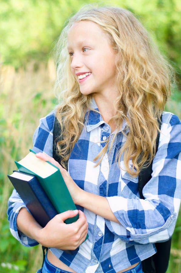 Fille d'adolescent avec le sac à dos et les livres photo libre de droits
