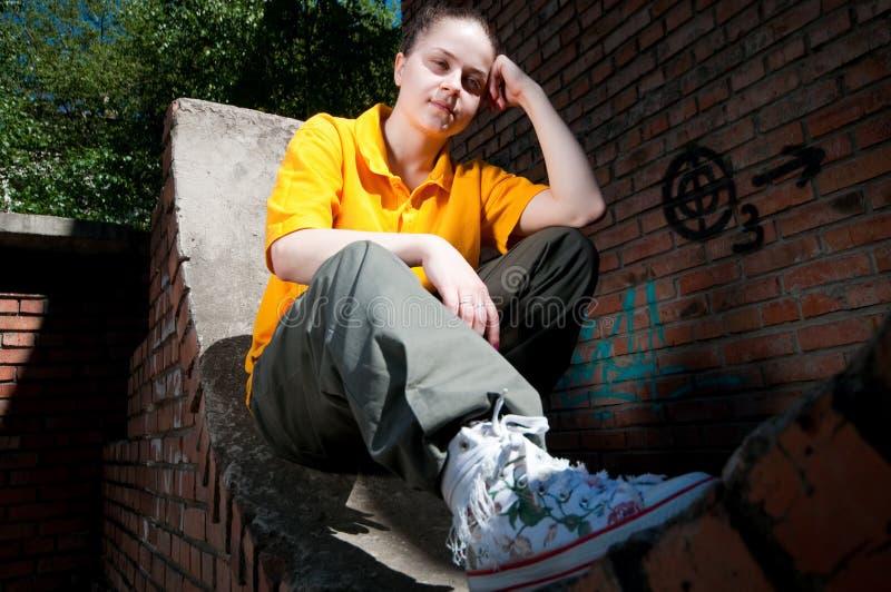 Fille d'adolescent de hip-hop sur le mur de briques rouge photos stock
