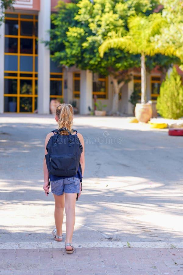 Fille d'adolescent de Portrair de nouveau à l'école Vue arri?re image stock