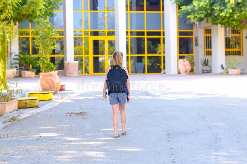 Fille d'adolescent de Portrair de nouveau à l'école Vue arri?re photo stock