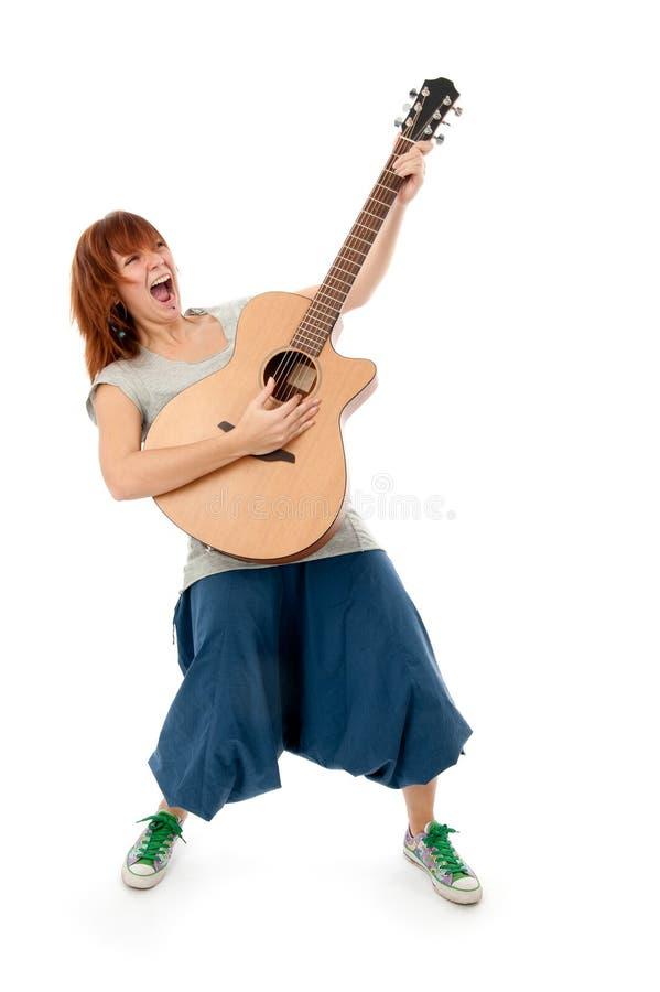 Fille d'adolescent jouant une guitare acoustique photos libres de droits