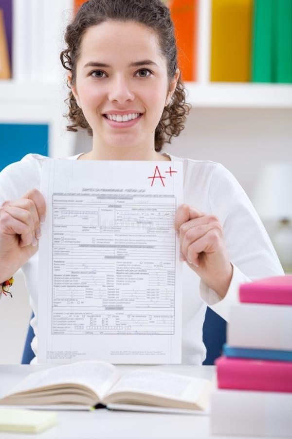 Fille d'adolescent tenant le papier réactif avec le résultat image libre de droits