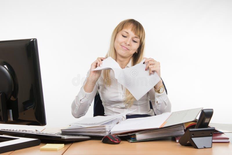 Fille d'affaires ayant l'amusement déchirant le document sur papier photos libres de droits