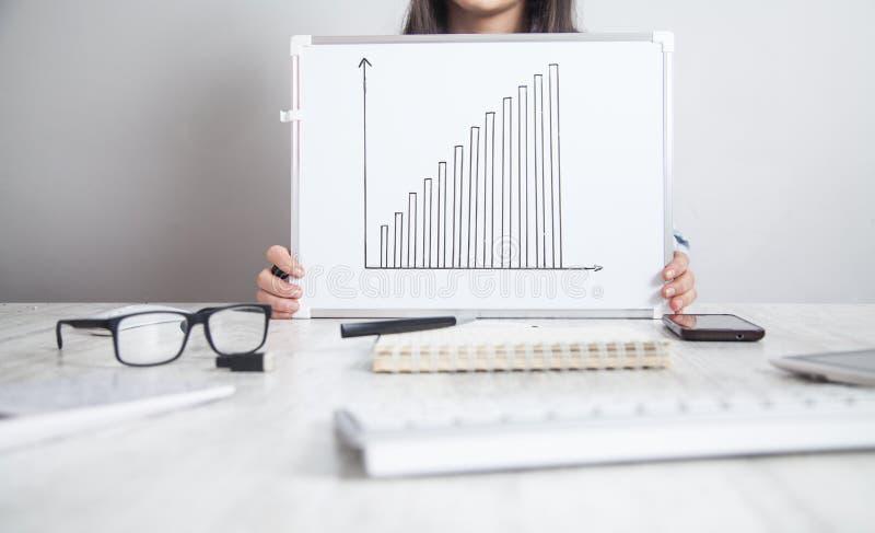 Fille d'affaires tenant le graphique de croissance Concept de d?veloppement des affaires photos libres de droits