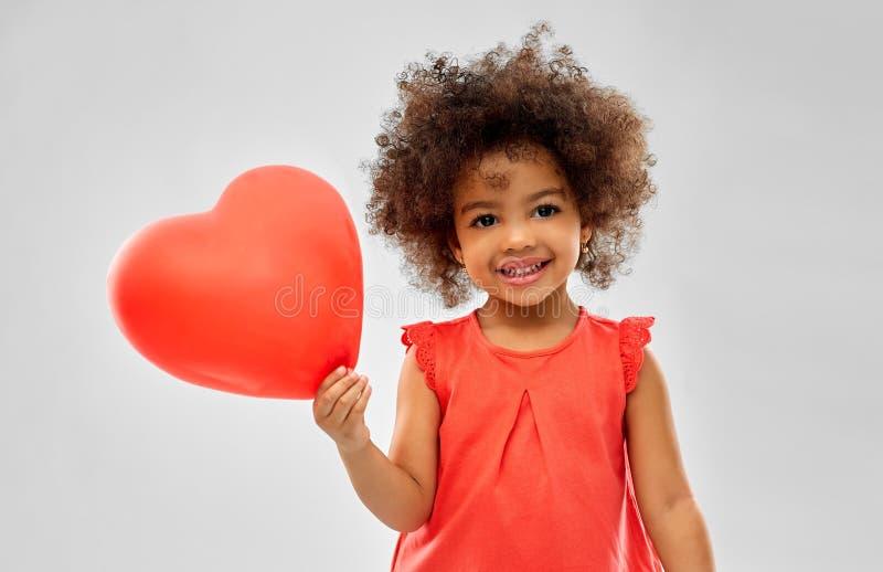 Fille d'afro-américain avec le ballon en forme de coeur photographie stock libre de droits