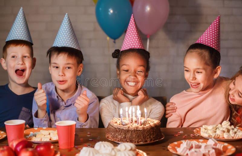 Fille d'afro-américain célébrant l'anniversaire et faisant le souhait photos stock