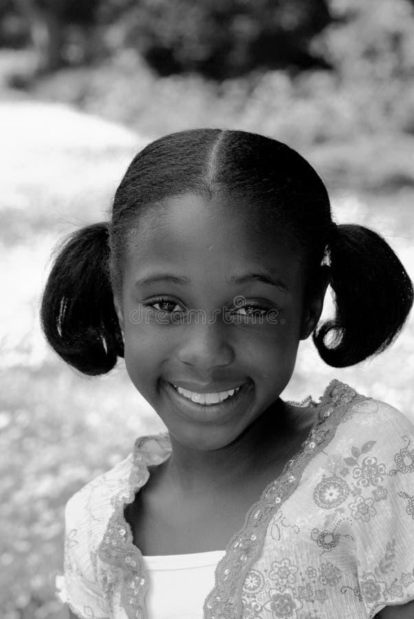 Fille d'Afro-américain dans le sourire de verticale de B&W image stock