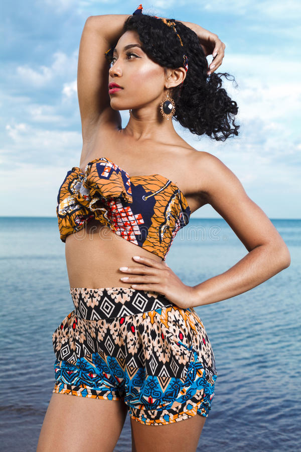 Fille d'Afro-américain de Beuatiful détendant à la plage photo stock