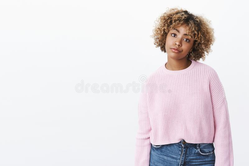 Fille d'afro-am?ricain regardant avec la consternation et le m?contentement souriant d'un air affect? de l'aversion et du regret  photos libres de droits