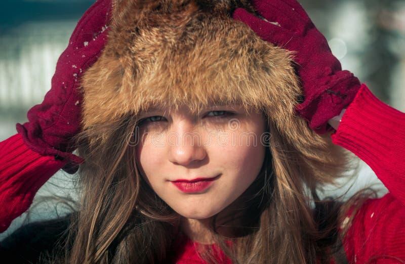 fille d'amusement ayant la neige photos libres de droits