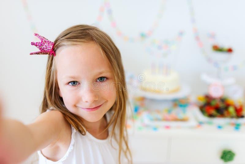 Fille d'anniversaire à la partie photographie stock libre de droits
