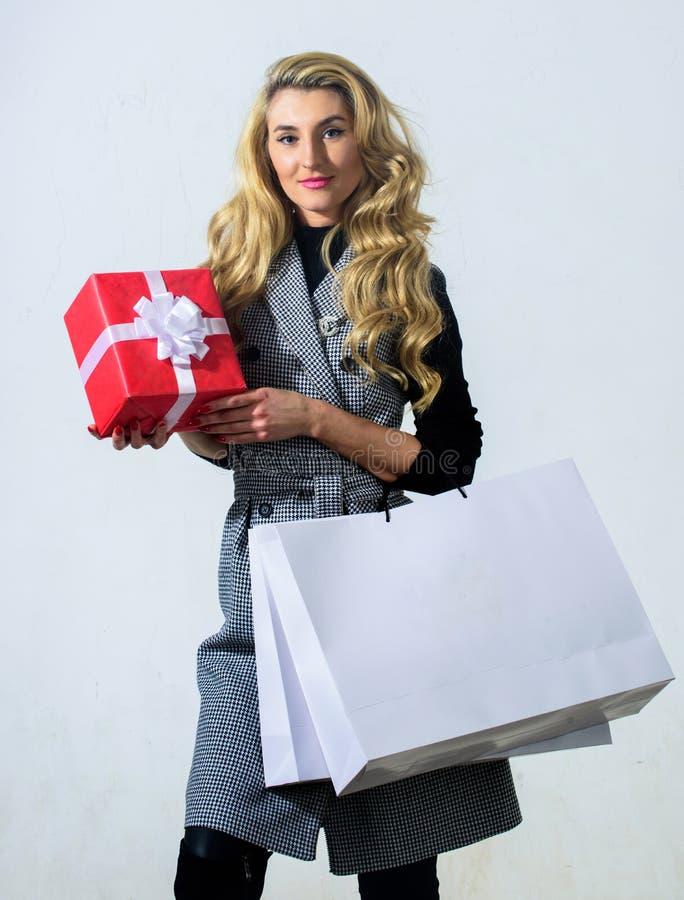 Fille d'anniversaire Satisfait avec l'achat Concept d'achats Sac à provisions et boîte-cadeau de prise de femme Boutique de mode image libre de droits