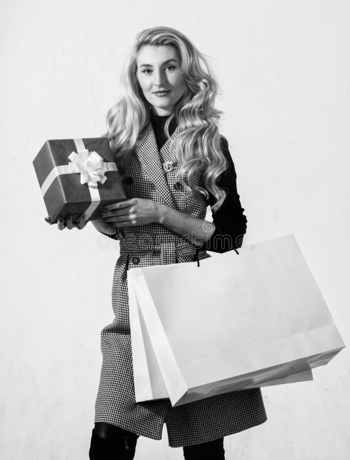 Fille d'anniversaire Satisfait avec l'achat Concept d'achats Sac ? provisions et bo?te-cadeau de prise de femme Boutique de mode photo libre de droits