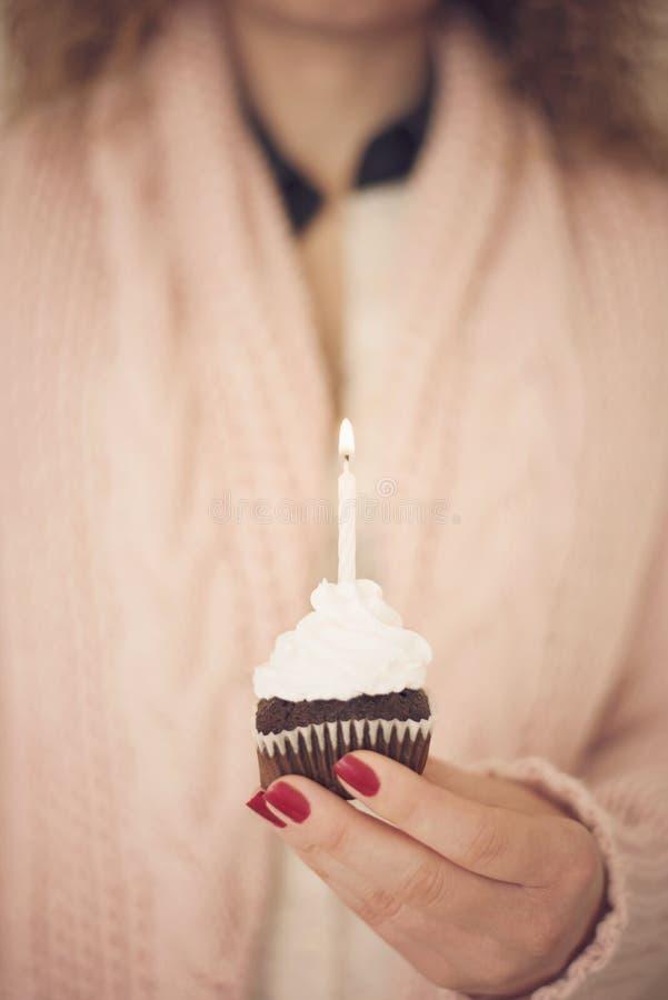 Fille d'anniversaire tenant le petit gâteau photos libres de droits