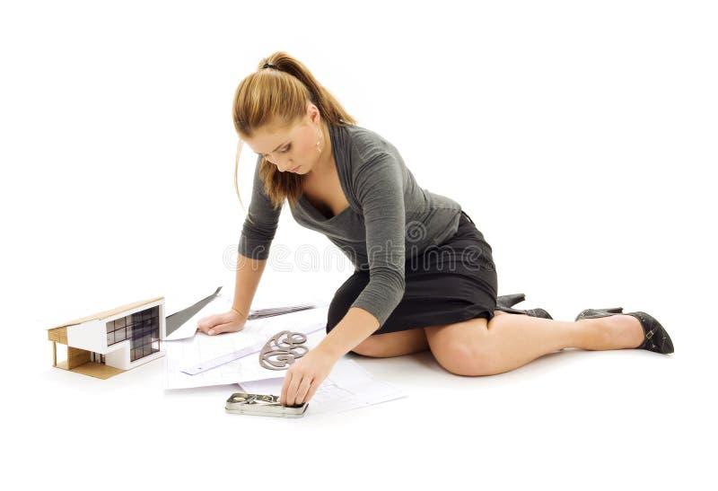 Fille d'architecte avec le modèle de maison images libres de droits