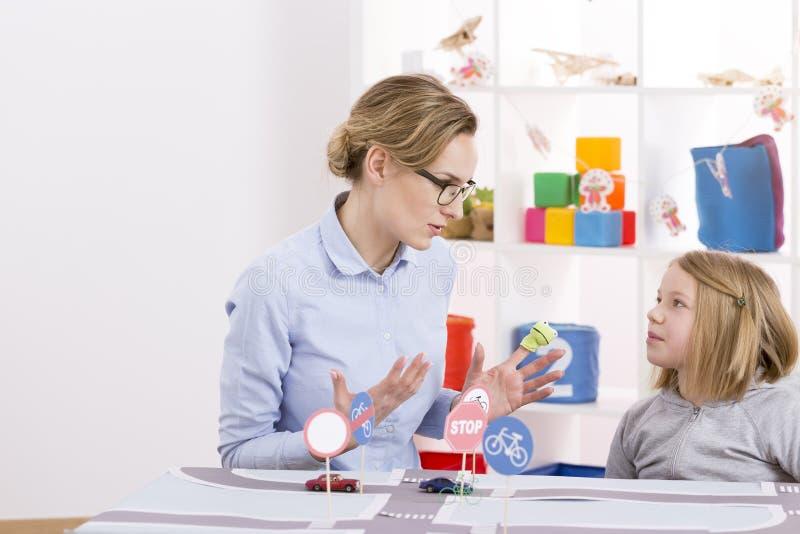 Fille d'enfant apprenant la réglementation de la circulation photographie stock