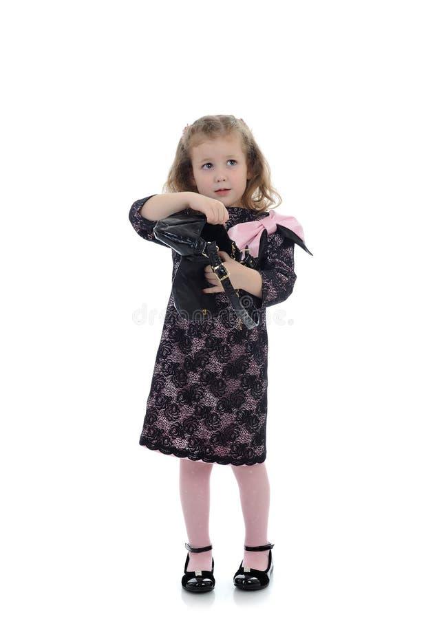 Fille d'enfant assez petit dans la robe noire photo libre de droits