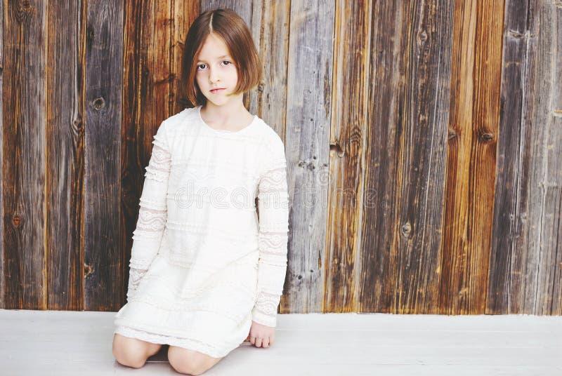 Fille d'enfant au-dessus de mur en bois images libres de droits