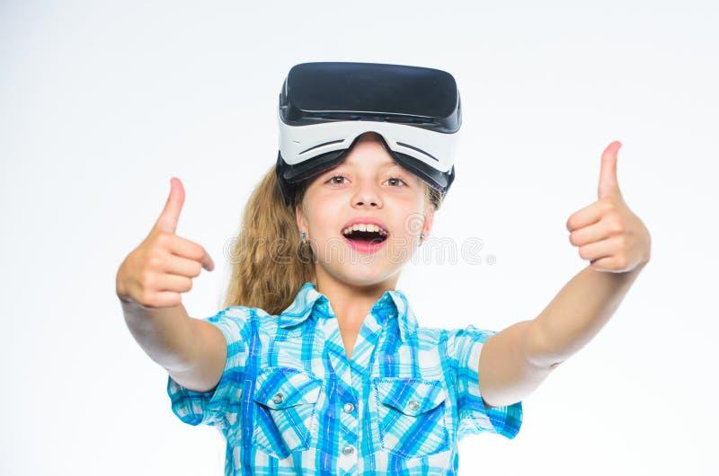 Fille d'enfant avec des verres de vr Petit concept de gamer Jeux virtuels de jeu d'enfant avec le dispositif moderne Explorez l'o photo stock