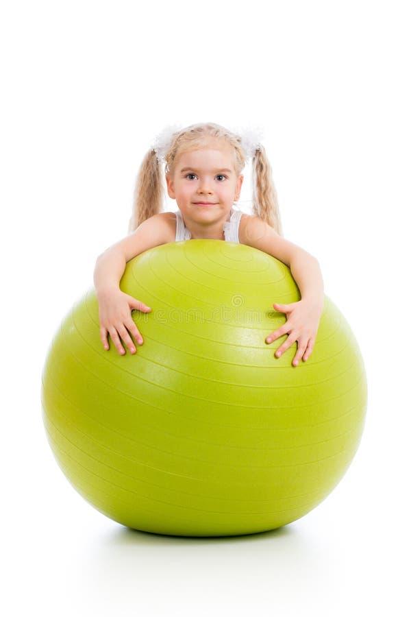 Fille d'enfant avec la boule gymnastique photo libre de droits