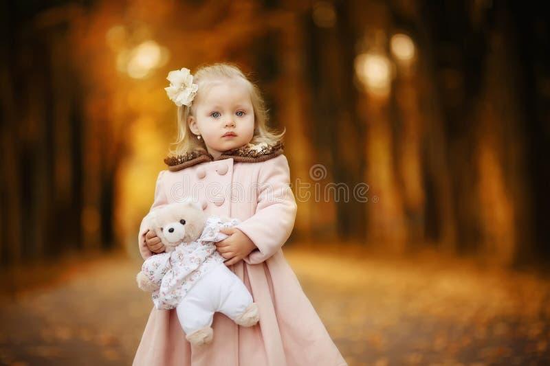 Fille d'enfant avec un jouet photographie stock