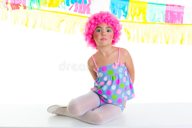 Fille d'enfant d'enfant avec l'expression drôle de perruque de rose de clown de réception photos libres de droits