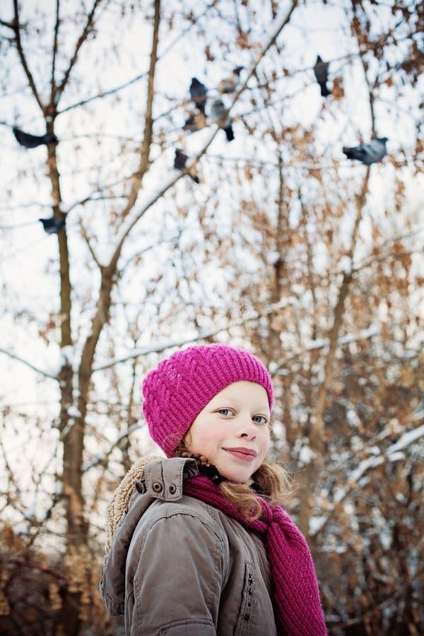 Fille d'enfant d'hiver dehors photographie stock