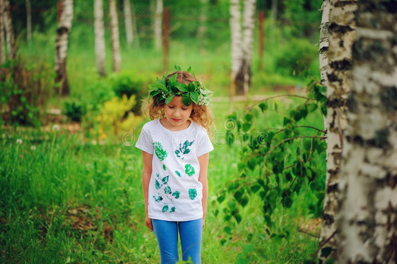 Fille d'enfant dans l'idée de forêt d'été pour des métiers de nature avec des enfants - chemise d'impression de feuille et guirla image libre de droits