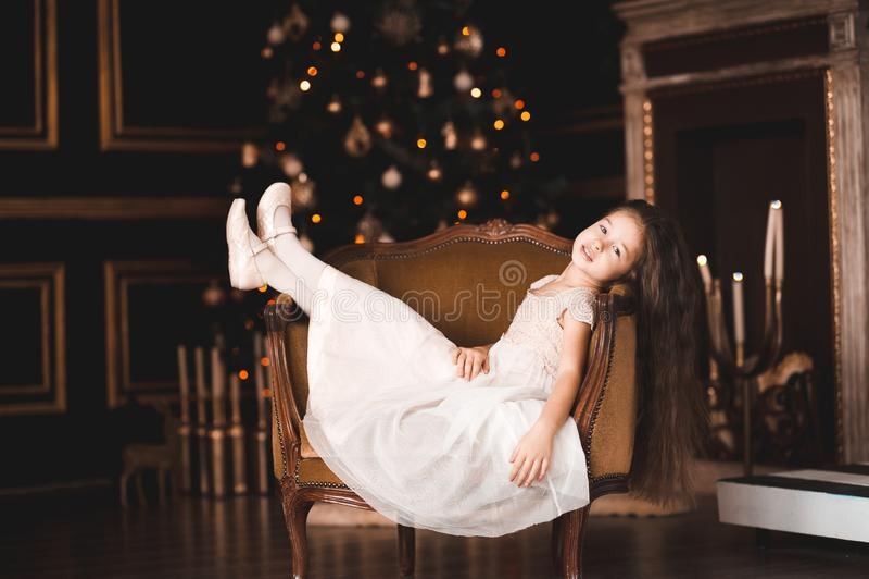 Fille d'enfant dans la chambre au-dessus du décor de Noël photographie stock libre de droits