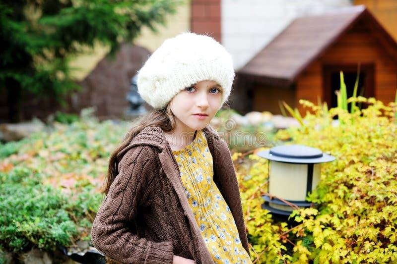 Fille d'enfant dans le chapeau blanc, portrait en gros plan photos stock