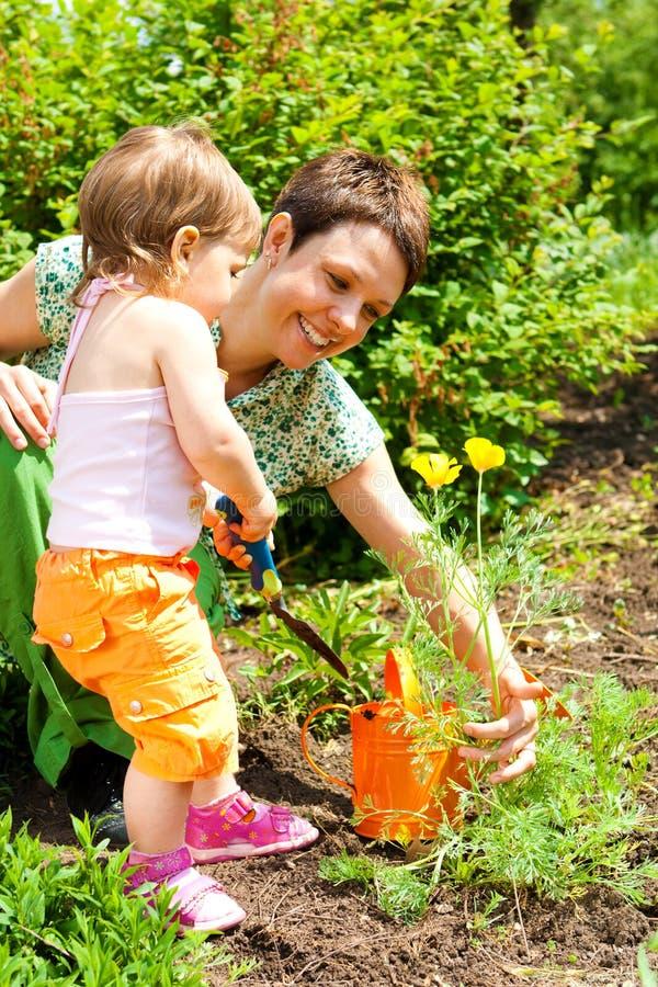 Fille d'enfant en bas âge dans le jardin photo stock