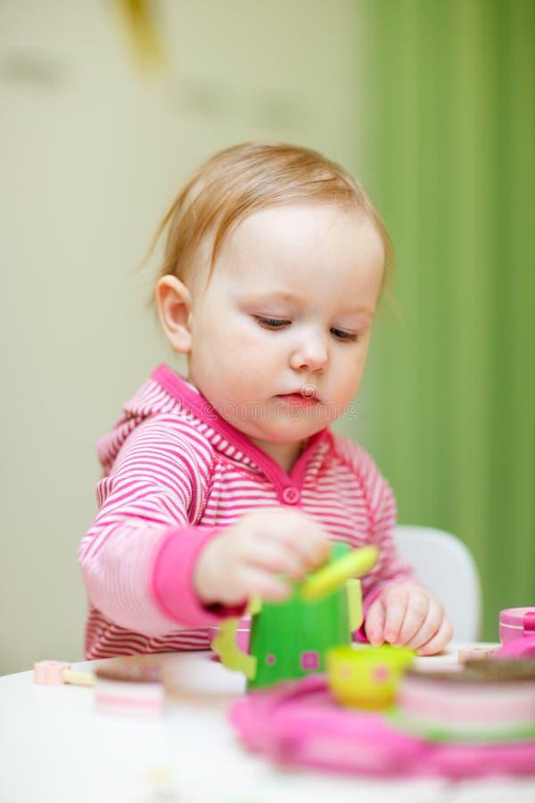 Fille d'enfant en bas âge jouant avec des jouets image libre de droits